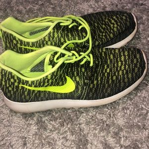 Shoes - Nike tennis shoes